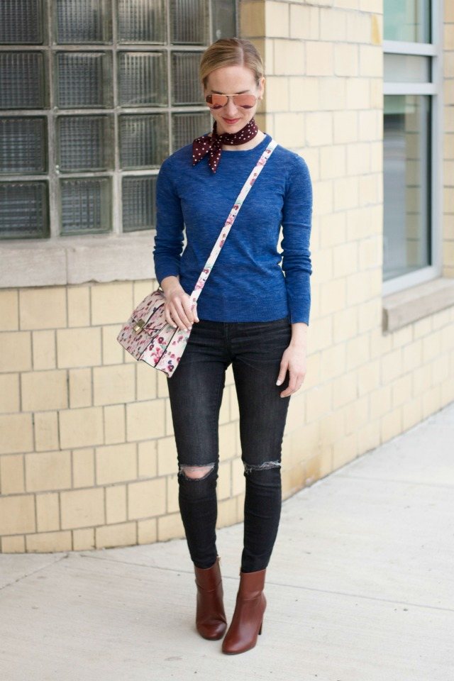 neck scarf outfit, floral bag, skinny jeans with ankle boots outfit